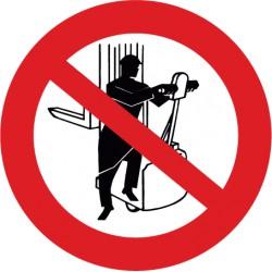 Aufsitzen auf Gabelstapler verboten