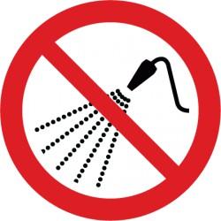 Mit Wasser spritzen verboten (P016)